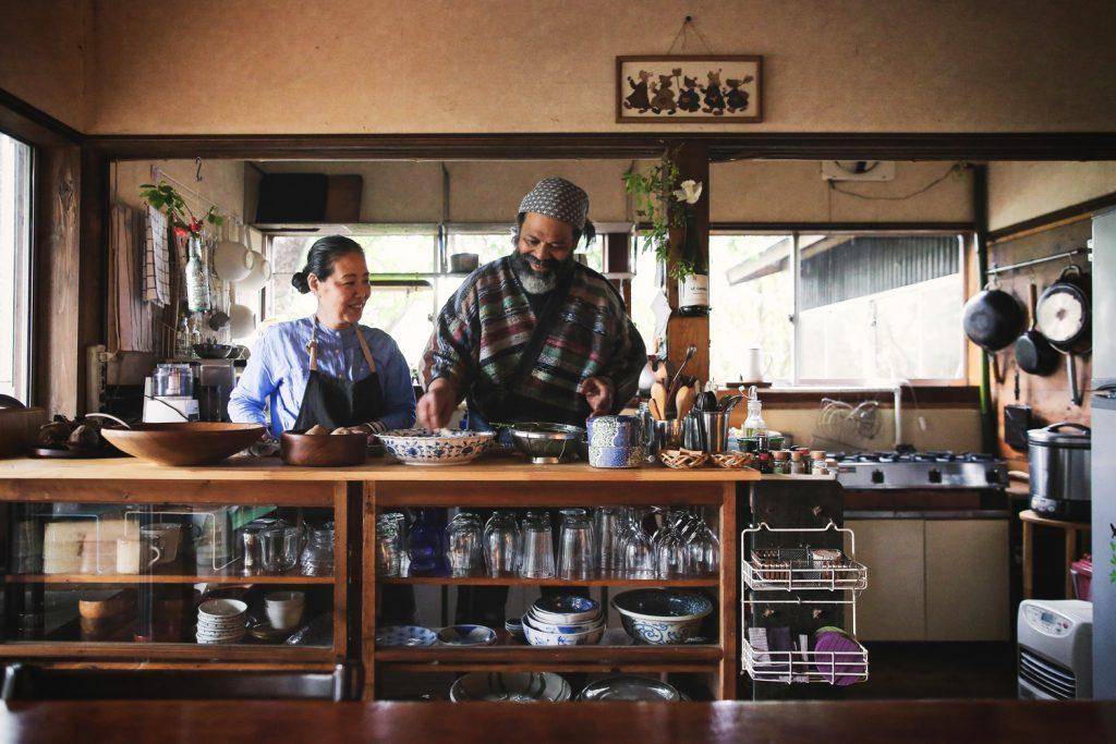 マーカスさんと智子さんの台所には、島暮らし ...