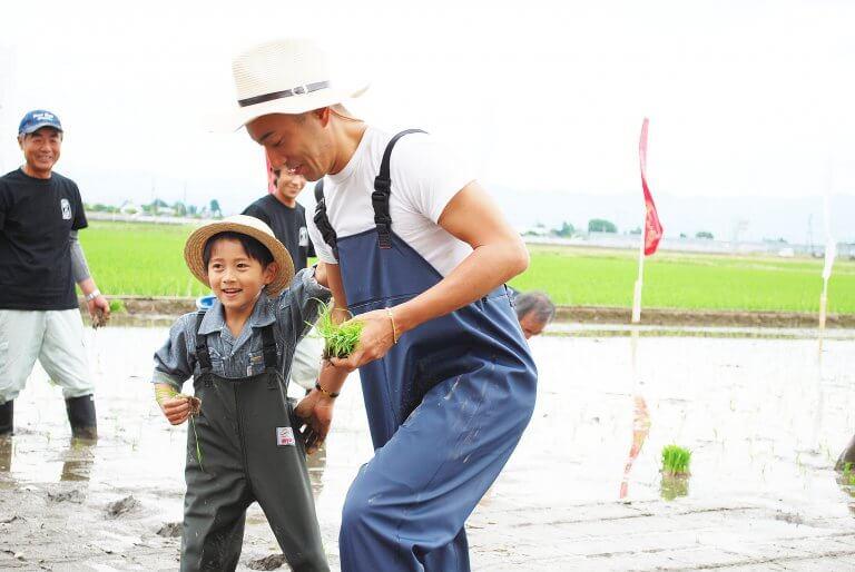 市川海老蔵さん・堀越勸玄さんが新潟米「新之助」の田植えに参加