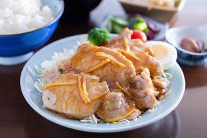ご飯がどんどん進む!上越の老舗「七福食堂」のしょうが焼き定食でおなかいっぱいになろう!